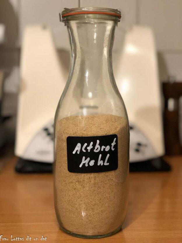 Fertig gemahlenes Altbrot in einer Flasche