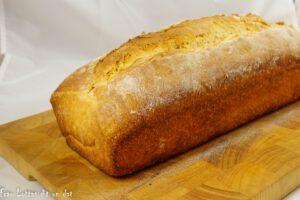 Ein Toast auf einem Holzbrett