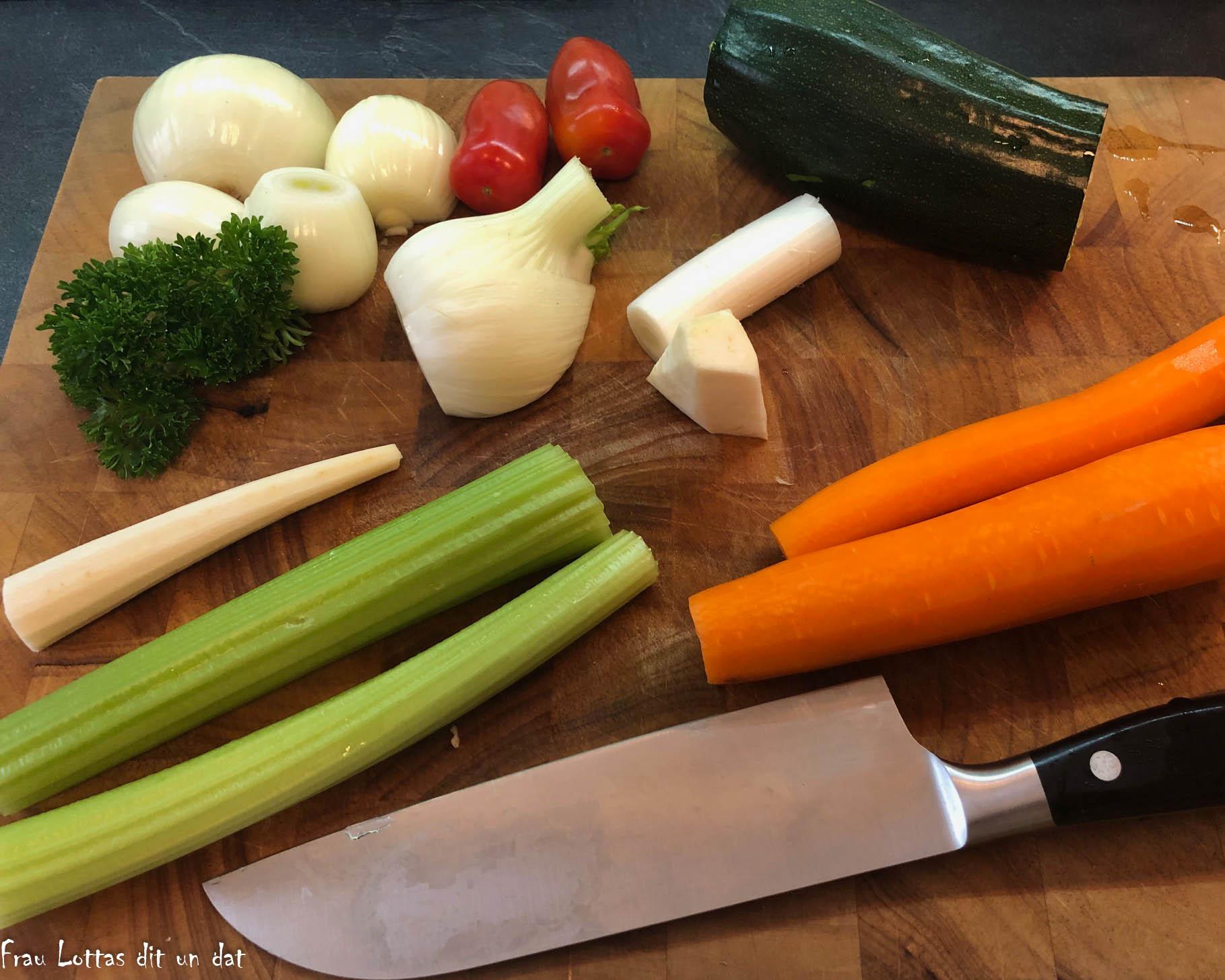 Fertig geputztes Gemüse auf einem Brett