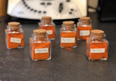 Bild von 6 kleinen Gläsern mit Paprikapulver