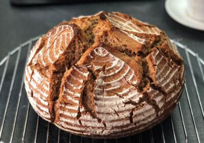 Rundes Weizenbrot auf deinem Kuchengitter
