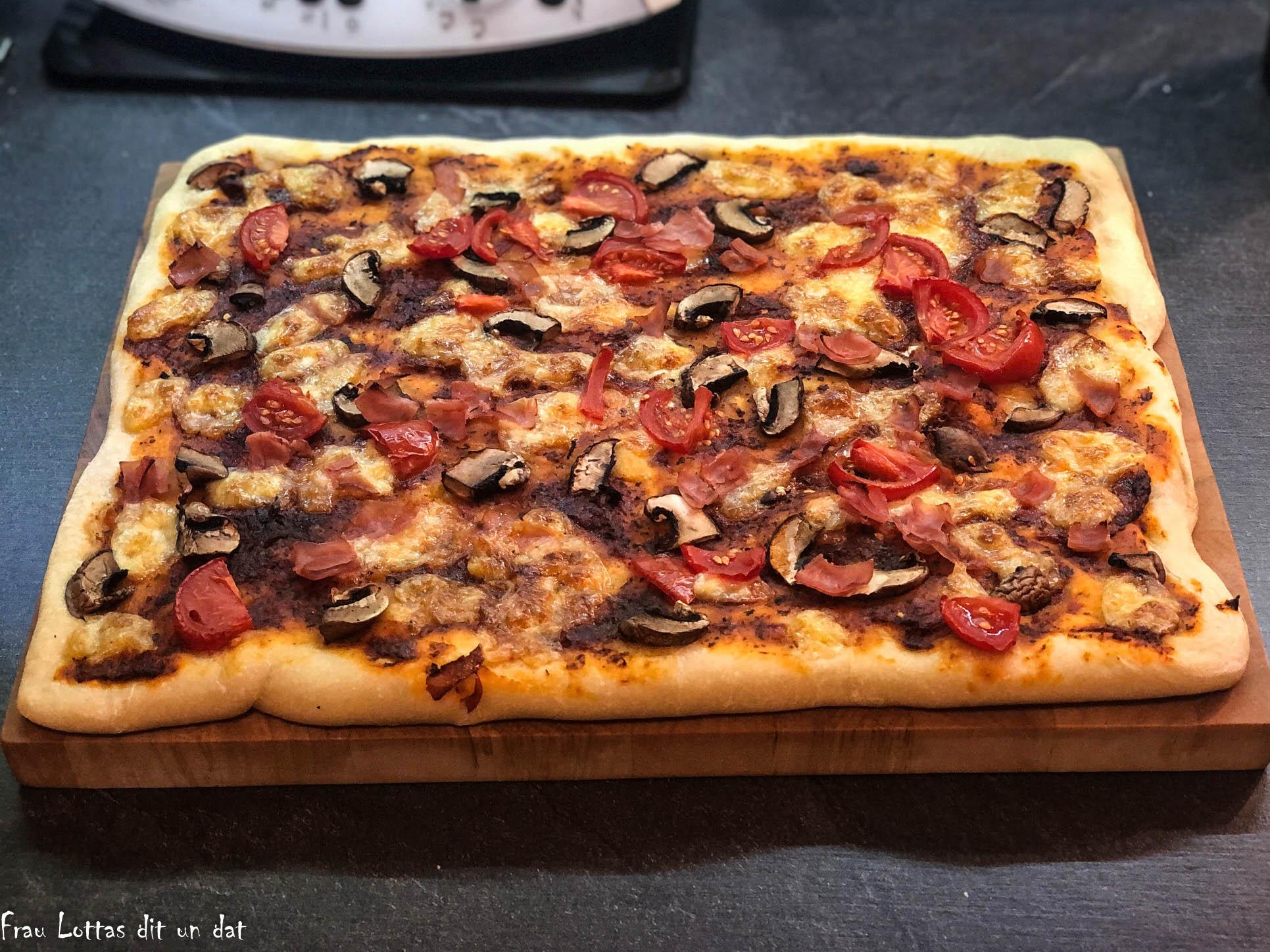 Bild der fertigen Pizza auf einem Brett