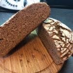 Brot halbiert mit der Krume zu sehen