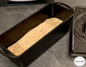 Teigling in der gusseisernen Kastenform. Der Deckle liegt rechts daneben