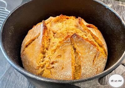 Fertiges Brot im gusseisernen Topf