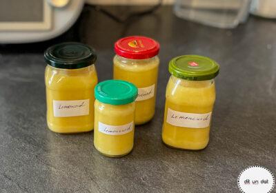 Vier Schraubgläser mit Lemoncurd